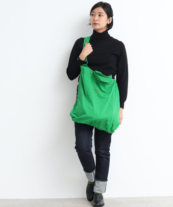 グリーンの大きめバッグは、視線を引き付けてダークトーンの着こなしを鮮やかに。派手になりすぎないよう、自然と馴染むくたっとしたツイル生地がおすすめ。