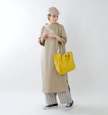 コーディネートしやすいのが、バッグを使った彩りカラー。カジュアルな印象を残しつつ、ベーシックカラーを明るく見せる黄色のトートバッグは、ひとつあるととっても便利♪