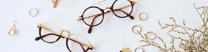 眼鏡といえば、視力の悪い人にとっては生活必需品。眼鏡を選ぶ際は、たいてい主張しすぎない無難なものを選んでしまうという方が多いのではないでしょうか。しかし、内心は、お洒落を意識したいものです。  「kikiki optique」は、そんな気持に寄り添って、ファッション感覚、アクセサリー感覚で楽しめるような「着飾る眼鏡」を提案しています。