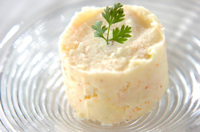 カニ缶とジャガイモで作るシンプルなサラダ。こちらもセルクルなどで型抜きをして盛りつければ、シンプルで可愛いオーオブルに。または、ソテーなどの付け合わせにも◎。