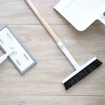 収納場所に意外と困るのが、掃除道具ではないでしょうか。無印良品の掃除用品システムは、1本のポールとモップやほうきなどのヘッドを組み合わせるミニマム仕様。白やグレーを中心としたデザインで、隙間掃除シリーズや取り替え用モップなども充実しています。