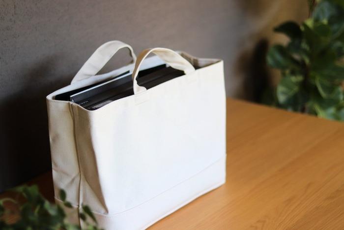 やわらかな見た目にしたい方は、持ち手付帆布長方形バスケットがおすすめ。中に仕切りスタンドをセットすれば安定感が増し、ファイル類が倒れることもありません。本や雑誌の収納にもいいですね。