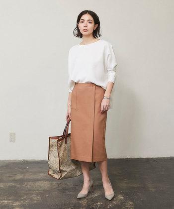 女性らしい印象を与えるタイトスカートは、ビジネスウェアの定番アイテムのひとつです。旬のラップディテールを取り入れたデザインなら、トレンド感あふれるおしゃれな着こなしが楽しめますよ◎。ノーブルで上品なキャメルが、シンプルな装いをワンランクアップさせてくれます。
