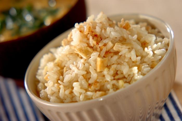 刻み生姜と油揚げで作る「ショウガと油揚げの炊き込みご飯」は味付けも麺つゆだけなので失敗なしで美味しく作れます。おにぎりにしても◎。