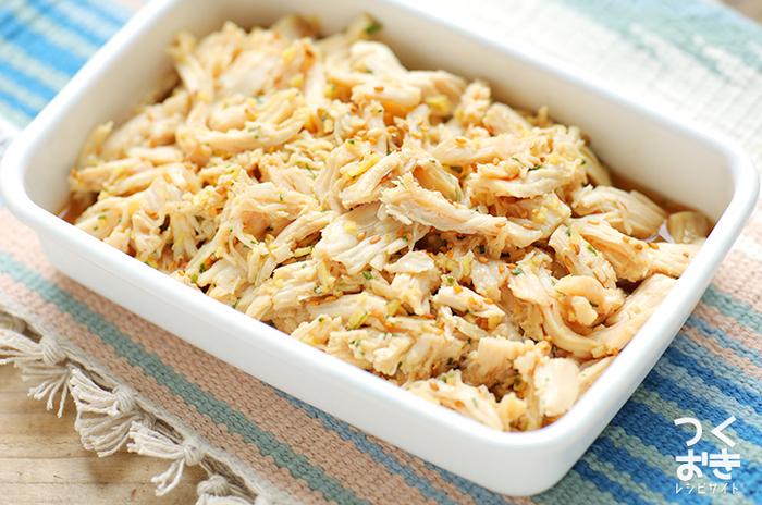 レンジで作る「レンジ蒸し鶏香味ソース」。たっぷりの生姜と爽やかな大葉の香味ソースで鶏胸肉を美味しく調理してくれています。冷蔵庫で5日保存可能なので作っておくと便利な一品です。