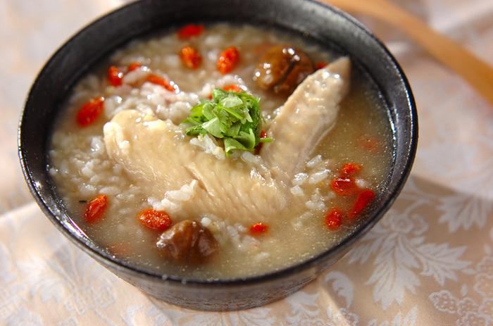 食欲がない時や病中病後にオススメな一品が「サムゲタン風鶏粥」です。サムゲタンは丸鳥を使いますが、鳥手羽で作るので一人前でも簡単に作ることができます。美容効果も期待できるナツメやクコの実も入れ、体の中からポカポカ温まりましょう。
