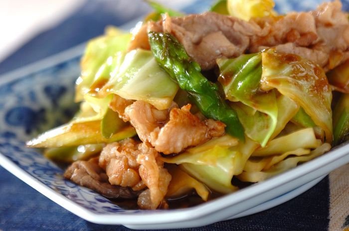 生姜を使ったおかずの定番といえば「ショウガ焼き」が頭に浮かぶと思いますが、もっとヘルシーにしたい場合は、豚肉の量を減らし野菜をたっぷり入れた「豚と野菜のショウガ炒め」がオススメです。普段のおかずやお弁当にも。