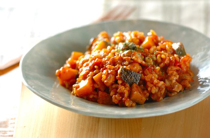 ちょっとオシャレなメニューにしたいなら、鮮やかなトマト色が綺麗なリゾットを。水煮のトマト缶やケチャップで味を調えたトマトスープで煮るので、固めの玄米も柔らかくなります。野菜やお肉も一緒に摂れる、ランチにもおすすめのひと皿です。