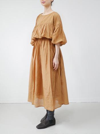 広がりすぎるスカートに少し抵抗がある方も、ウエストで切り替えられているワンピースなら、広がりすぎずスッキリとメリハリのあるスタイルが作れます。