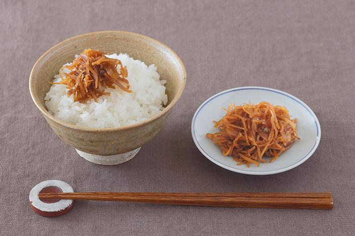 千切りにした生姜をお醤油やお砂糖で甘辛くコトコト煮込んで作る「生姜の佃煮」。白いご飯にぴったりでお弁当やおにぎりにも使える便利なアイテムです。卵焼きや和え物にも!