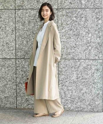 ベージュやキャメルといった優しい色は、春に大人気の定番カラーです。こちらはシンプルでベーシックなデザインと、上質な素材感が魅力のチェスターコート。白×ベージュの上品な配色で、気品あふれる大人のコーディネートを楽しみませんか?