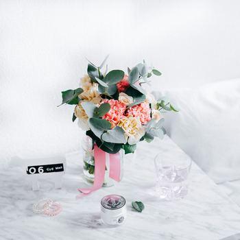 リビングやキッチン、玄関など、それぞれの場所に適した飾り方のポイントをおさえておけば、家じゅうで素敵な「花暮らし」が叶います。くつろぐ時間をすごすリビングには、タイプの異なる花材を集めて華やかに。キッチンでは清潔感のあるグリーンや小花が◎。日陰になりがちな玄関には、実ものやグリーンであたたかみをプラスして。