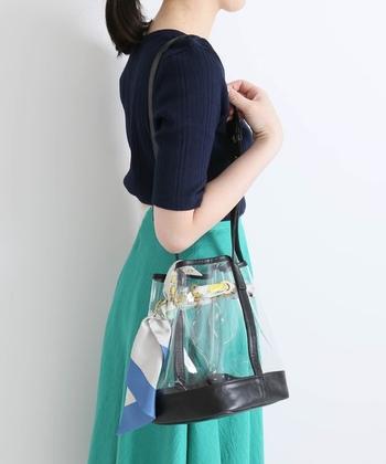 こちらのバッグはスカーフのアクセントが女性らしい雰囲気です。透明感のあるPVC素材とスカーフの明るい配色が、爽やかな春夏にぴったり。上品なスカーフを1枚プラスするだけで、いつものコーディネートが華やかな印象になりますよ◎。