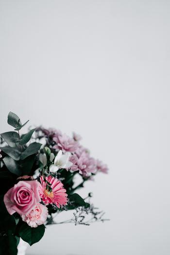 お花をセンスよく見せるには、花の種類や色の組み合わせが重要になります。お花を選ぶときは、例えばバラのようなメインの花を中心に、主役を引き立てるサブの花、小花や実もの、グリーンなどをバランスよく組み合わせてみましょう。その際、ビビットな色よりも、くすんだようなシックな色みを選ぶと、大人っぽくおしゃれな雰囲気に。