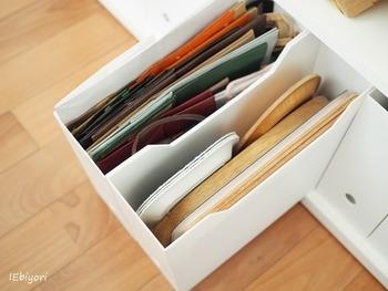 そのままでは使いにくい引き出しや収納棚。ファイルボックスで適度に仕切り、アイテムごとに定位置を決めておくのが賢い使い方です。
