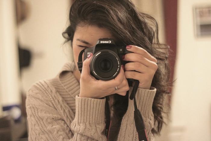 そこでオススメしたいのは、ママカメラマンによる「おうちフォト(おうち撮影会)」。一番大切に閉じ込めておきたい、わが子のママにしか見せない表情を、自由に撮影できるのが魅力です。  今回は、カメラ初心者のママでも安心な、ずっと大切にしたい素敵な一枚がおうちで撮影できるポイントをご紹介。 出来上がった写真はもちろん、撮影中の親子でのやり取りまでもが、きっと大切な宝ものになるはずです。