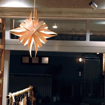 shuriken(手裏剣)という名のついたライトは、曲げわっぱに使われる秋田杉を使って作られています。秋田杉の心地よい香りと、個性的なデザインで、お部屋を雰囲気たっぷりに明るくしてくれます。