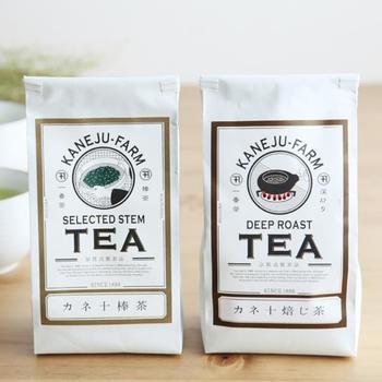 """静岡県牧之原市の茶農園「カネ十農園」は、1888年創業の由緒ある農園です。""""カネ十焙じ茶""""は、3年に1度だけ収穫される一番茶の刈番(一番茶を摘み取ったあとの茶葉を茎ごと刈りおとしたもの)を使用したほうじ茶。丁寧に焙煎されたほうじ茶は、ふわっと軽い口当たりながら豊かな香りを楽しめます。"""