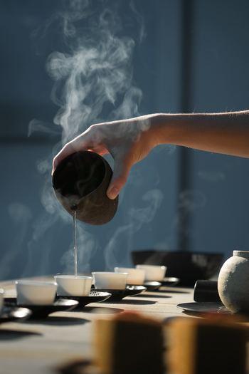 """ほうじ茶は、出来上がった煎茶をきつね色になるまで焙(ほう)じることから、""""ほうじ茶""""とよばれます。煎茶を焙じることによって苦味成分が飛んで味が丸くなり、より甘みが出るという味の特徴があります。香りは、焙じられたことでどこか懐かしさを感じる香ばしさがあるのが特徴です。"""
