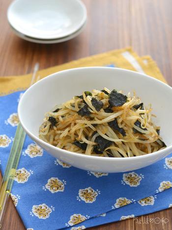 材料は、もやし、焼き海苔、にんにく醤油、オリーブオイル。 その日に食べるのは勿論ですが、2日目、3日目と味がなじむと、さらに美味しく…。白いご飯が進むこと間違いなしの美味しい副菜です!
