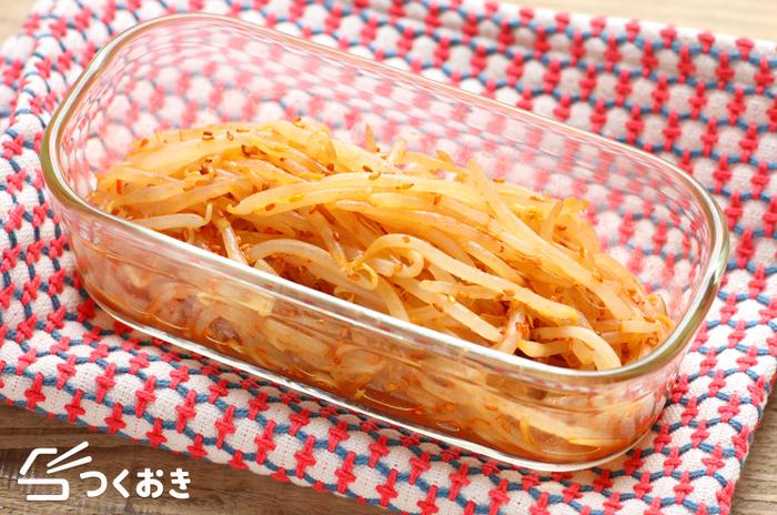 """5分で作れる簡単調理が嬉しい""""ピリ辛もやしナムル""""。ゴマ油と豆板醤の旨味がきいて、ほかほかの白いご飯にぴったりです!もやしのシャキシャキ感を残すよう、茹ですぎには注意しましょう!"""