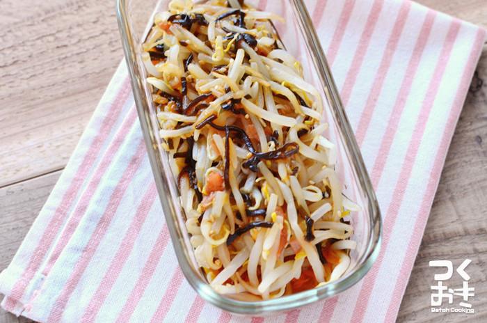 もやしは、作り置きおかずとしてもピッタリな食材です。一袋まるまる豪快に使って、常備野菜を作ってみませんか! こちらは梅と塩昆布、調味酢で和えただけの簡単レシピ。塩昆布のうまみがしっかりと感じられ、梅が入ることによりサッパリとした味わいに!