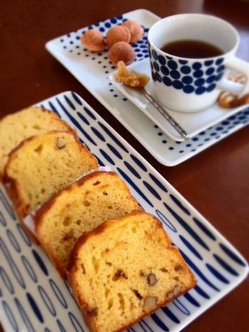 こちらのお宅では、パウンドケーキを一列に並べて。青系の柄物角皿は、こんがり焼けたケーキやクッキー、トーストなども相性抜群。