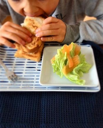 お子さんのランチプレートとしても。温かいトーストと、冷たいサラダを一緒に盛り付けたい時に、重ねづかいはぴったりですね。