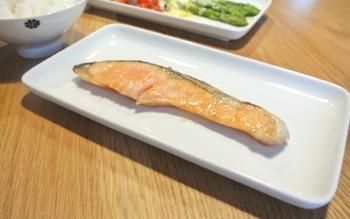 角皿が最も活躍するのは、魚料理の時。長いサンマや切り身なども、切らずに盛り付けられます。