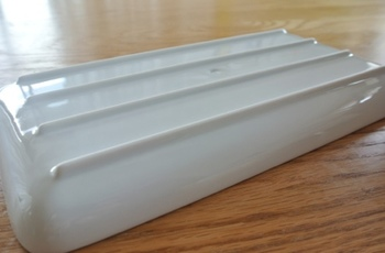 美しい白磁の角皿は、和洋問わず使えるシンプルなデザインが魅力。裏は凹凸があるため滑りにくいうえ、少し高さがでることで上質な雰囲気も演出してくれます。