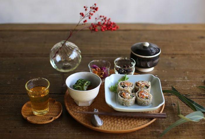 丸いお皿を並べた食卓が日常の風景、というご家庭は多いのではないでしょうか。もちろん、丸いお皿も素敵なものがたくさんありますが、何を盛り付けても同じような雰囲気になってしまう…とマンネリを感じてしまうことはありませんか。