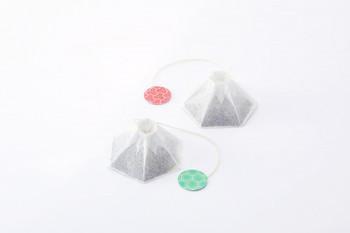"""「CHAPAN(チャパン)」の""""FUJICAHN 4""""は、ほうじ茶を含む日本茶4種類のセットです。特徴は、なんといっても富士山をモチーフにしたパッケージ。糸の先の持ち手も和柄でとってもキュートです。"""