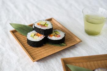 写真のように、お寿司などの和食はもちろん、サンドイッチやスイーツなどにも相性の良い木の器。食卓のアクセントになる、存在感のある器です。
