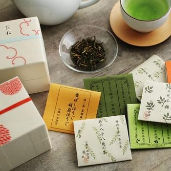 """「山壽杉本商店」の""""茶ひと揃え""""は、手のひらサイズのシンプルでコンパクトな箱の中に、和紙の柄で包まれた日本茶が丁寧にパッケージされた日本茶のセット。一包ずつ真空パックになっているので、新鮮な味わいを約1年キープできます。"""
