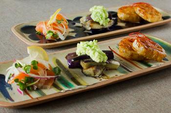 日々のおかずも、豆皿にちょっとずつ乗せるように、柄物角皿に並べて。カラフルなストライプ柄が、食卓をより楽しい雰囲気にしてくれそう。