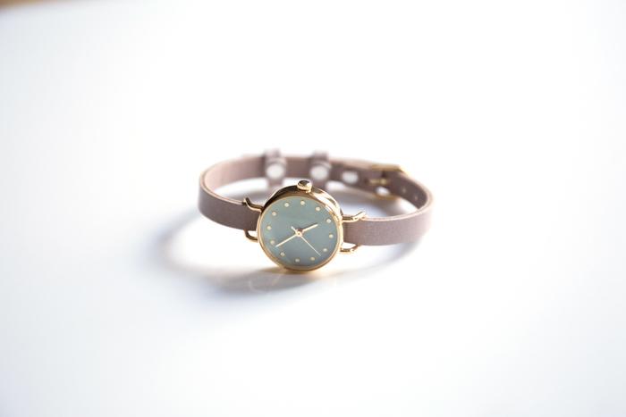 "「HANAMOKKO(はなもっこ)」の""MIDORI MENOU""は、天然の石を砕いて作られる岩絵具と和紙を材料とした腕時計。女性らしい繊細さが魅力的なデザインです。"