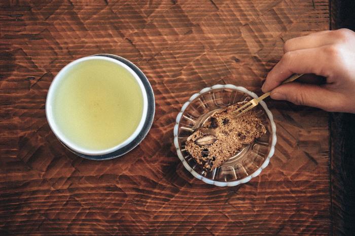 古くからのお茶の名産地・奈良県月ヶ瀬で先祖代々農業を営んできた「月ヶ瀬健康茶園」。月ヶ瀬の自然のリズムの中で自然と美味しくなるお茶を生かした、無農薬のお茶づくりに取り組んでおり、素朴ながらもしっかりとした味わいがあります。