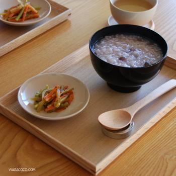 朝粥を木製トレーにのせて。お粥とちょっとしたおかずを一品のせるだけで、特別感のある朝食に。  木の質感がほっこりと温かみのある食卓を演出してくれます。