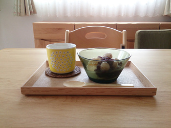 あんみつと緑茶をのせて。木製トレーをプラスするだけで、気軽におうちカフェ気分を楽しめます。少し手間をかけてコースターやトレーを使うことで、自分時間がより充実しそう。
