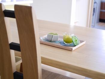 来客にお茶を出すときに使いたい、小さめサイズの木製トレー。北欧テイストやナチュラルテイストインテリアにマッチします。