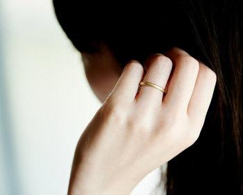 歳を重ねると、細部の美しさや気配りができているかどうかで品格が変わります。シンプルな指輪ほど、質の良いものを選ぶのが鉄則です。