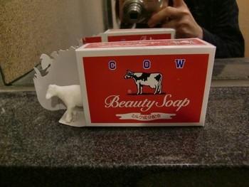 食用原料となる高品質の天然油脂を主原料にしている「牛乳石鹸」。青箱がダントツ人気ですが、安心して使用するならば、赤箱がおすすめ。  青箱も赤箱もミルク成分(ミルクバター)配合ですが、赤箱には天然スクワランという、保湿成分配合がプラスされています。  ちなみに、赤箱のほかに、無添加にこだわった石鹸「カウブランド無添加」もあり、こちらも口コミ評価が高いですよ。