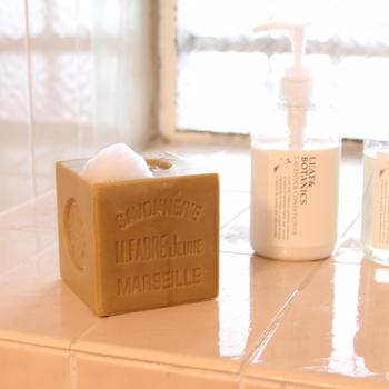 植物性油脂100%のマルセイユ石けんとして人気の「サボンドマルセイユ」。このインパクトのある大きいサイズが印象的で、見かけたことがある方も多いのではないでしょうか。  1000年以上も前からフランスで作られている伝統ある石鹸。昔ながらの製法である「釜炊きけん化法」を用いて時間をかけてじっくりと作られています。  低刺激性でお子様の肌にも安心。大きなサイズなので、家族で使えるのが嬉しいですね。