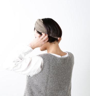 耳もしもやけが起きやすい場所です。本格的な冬用のイヤーマフラーは…という時は、太めのニットヘアバンドを耳当て代わりにしてみましょう。