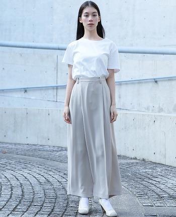 淡いカラーで全身を統一し、パンツの素材を柔らかなものにすることで、シンプルながらも女性らしい雰囲気のコーデに。
