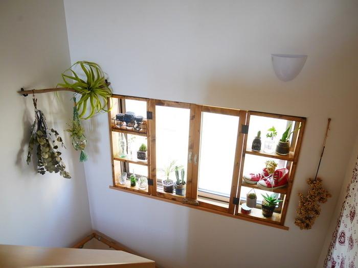 賃貸にありがちな無機質な窓。より好みのインテリアに近づけるならDIYがおすすめです。 既存の窓枠にはめ込むので、賃貸でも傷つけずに設置できます。