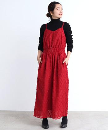フロントのビスチェのようなデザインと、鮮やかなレッドが女性らしい印象のオールインワン。少しボルドーよりの赤なので、大人っぽく着られます。