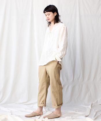 ゆるっとしたシャツは女性らしいアイテム。チノパンと合わせると清潔感のある印象になりますね。チノパンはロールアップして足首を出しているのがポイントです。