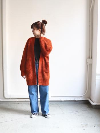 だぼっとした大きめカーデを羽織ることで、華奢な印象に見せています。赤系のカーデを選んでいることもポイントですね。