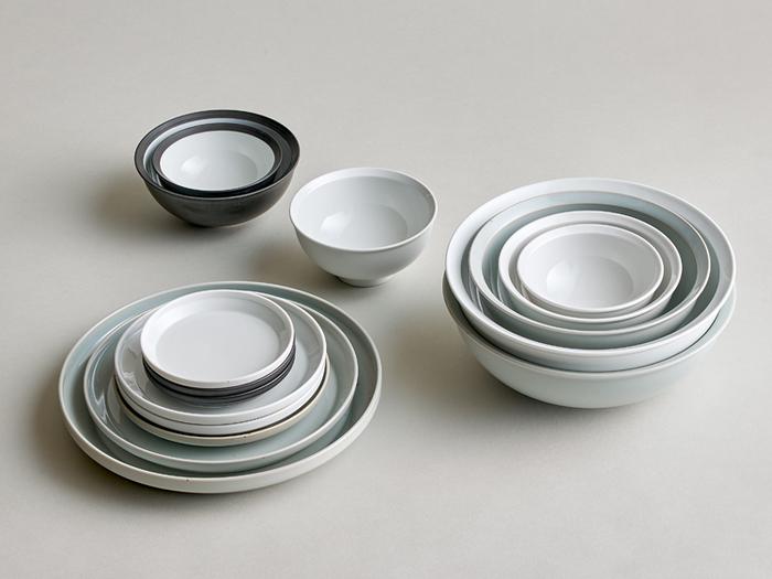 """うつわの縁に工夫をこらした「KINTO(キントー)」の""""RIM(リム)""""シリーズのライスボウル。アースグレーカラーのうつわは鉄粉入陶土で作られていて、ひとつひとつのうつわはそれぞれ違った表情をしています。世界に同じものはまたひとつと無いお茶碗です。"""